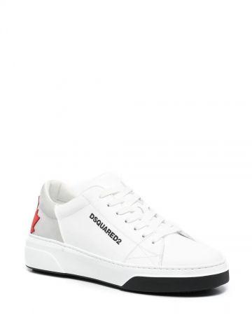Sneakers bianche con applicazione logo