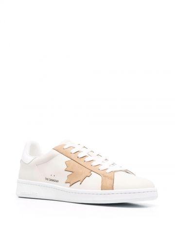 Sneakers in pelle beige con stampa foglia d'acero