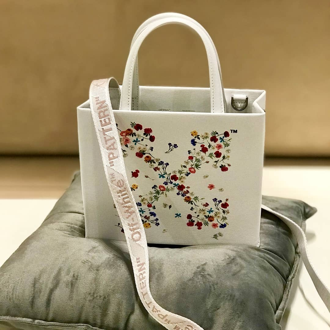 Floral motif  @genteroma @off____white   Off-White Floral Arrows-motif tote bag available in our boutiques.  #GenteRoma #OffWhite #SS21