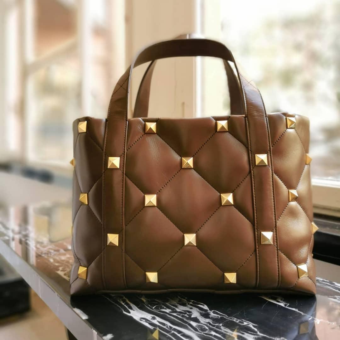 Maxi studs @genteroma @maisonvalentino   Valentino Garavani #RomanStud The Tote bag available on genteroma.com and in store at Via del Babuino, 77.  #GenteRoma #ValentinoGaravani #SS21