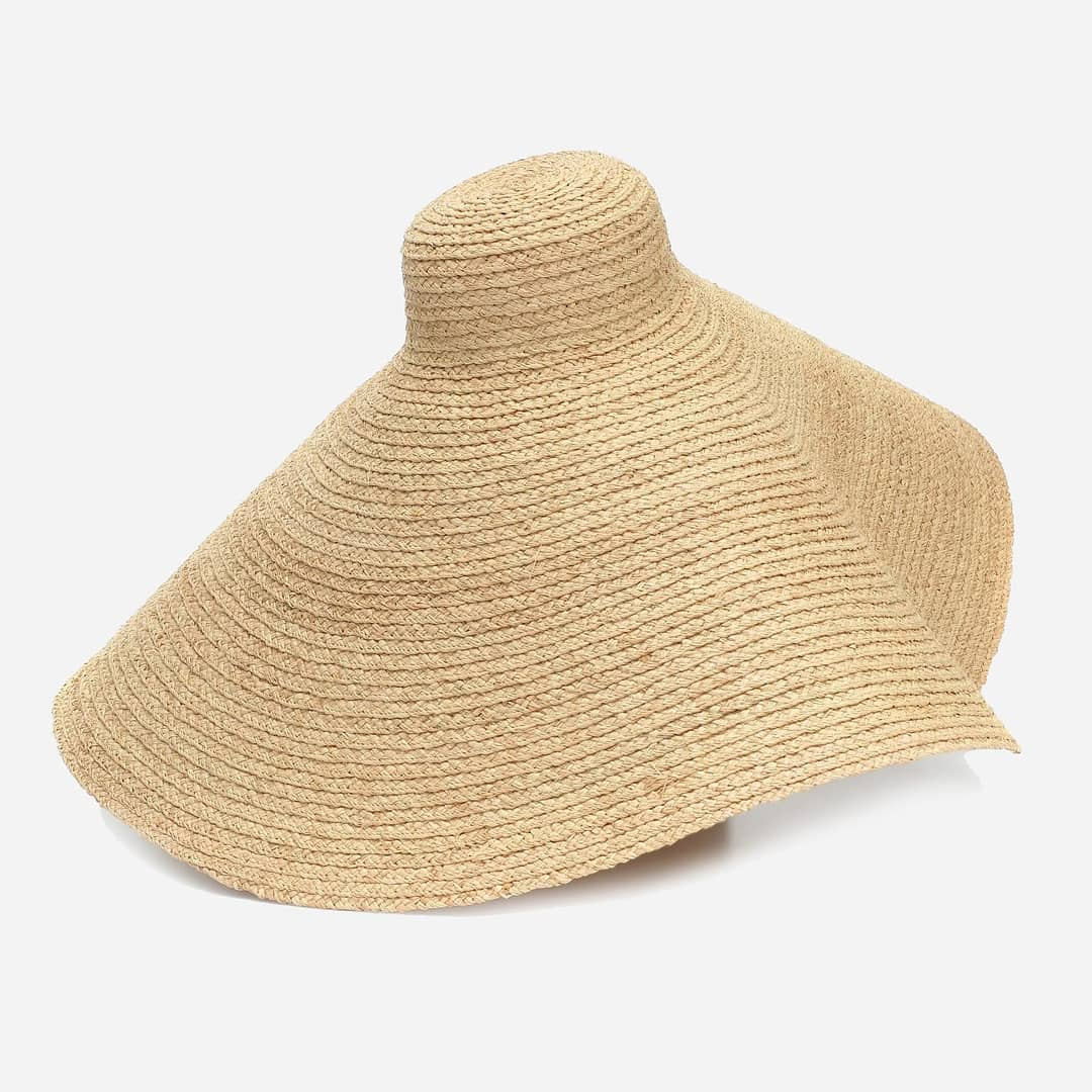 Oversized design @genteroma @jacquemus   Le Grand Chapeu Valensole raffia hat available on genteroma.com and in our boutiques.  #GenteRoma #Jacquemus #SS20