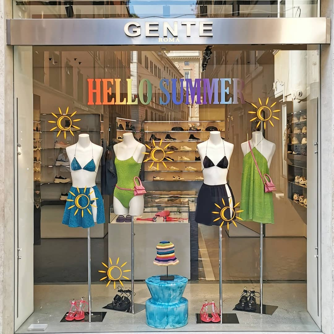 Hello Summer ☀️ Discover our selection of summer essentials in store at Via Frattina, 93 and online on genteroma.com  #GenteRoma #Window #HelloSummer