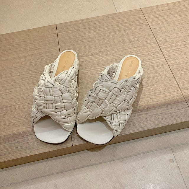 Shiny intrecciato @genteroma @bottegaveneta   Bottega Veneta BV Board flat sandals available on genteroma.com and in store at Via del Babuino, 77.  #GenteRoma #BottegaVeneta #FW20