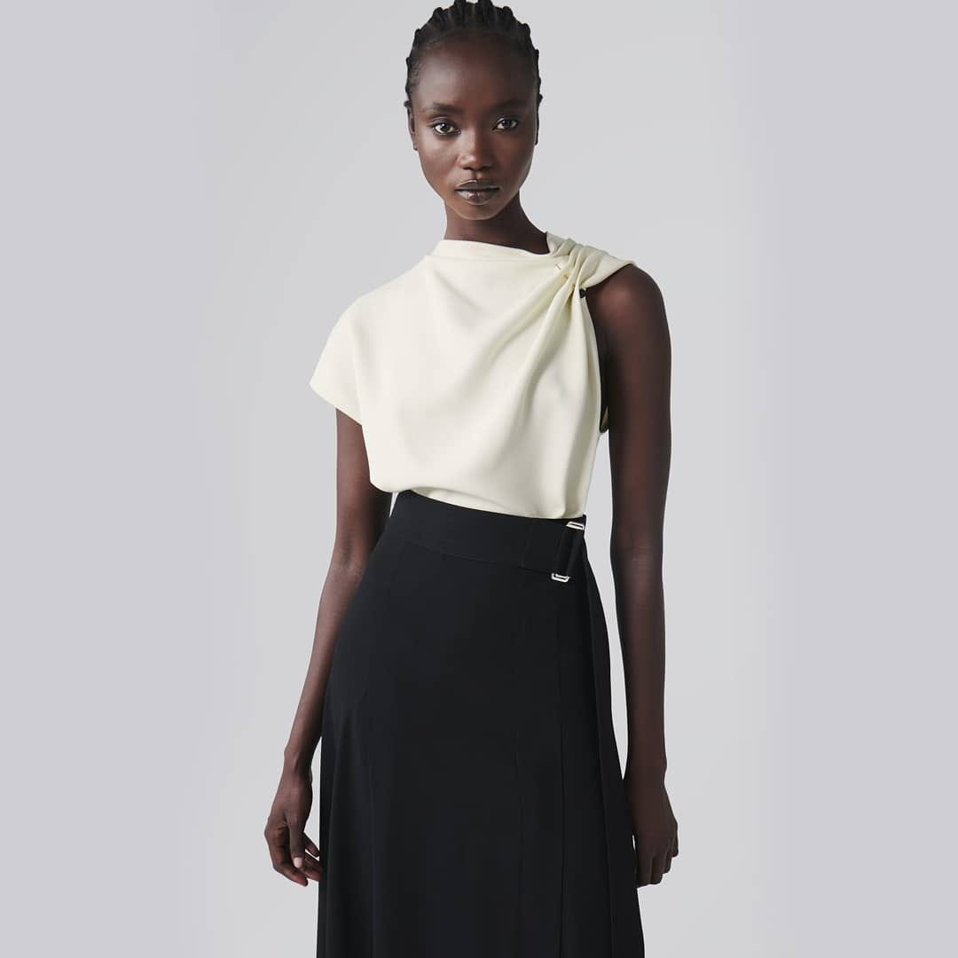 Minimal elegance @genteroma @victoriabeckham   Victoria Beckham top and belted trousers available on genteroma.com and in our boutiques.  #GenteRoma #VictoriaBeckham #FW20