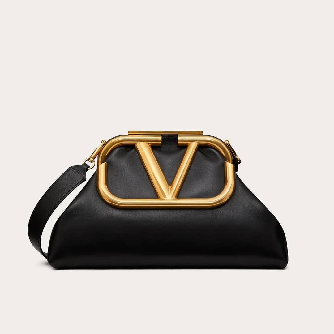 Sophisticated touch @genteroma @maisonvalentino   Valentino Garavani #SuperVee clutch available on genteroma.com and in our boutiques.  #GenteRoma #ValentinoGaravani #FW20