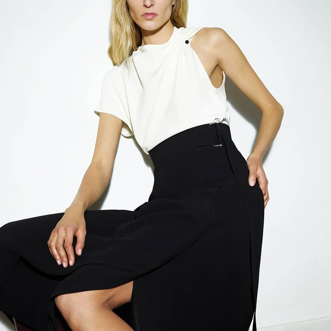 Minimal approach  @genteroma @victoriabeckham   Victoria Beckham sleeveless top and belted skirt available on genteroma.com and in our boutiques.  #GenteRoma #VictoriaBeckham #FW20