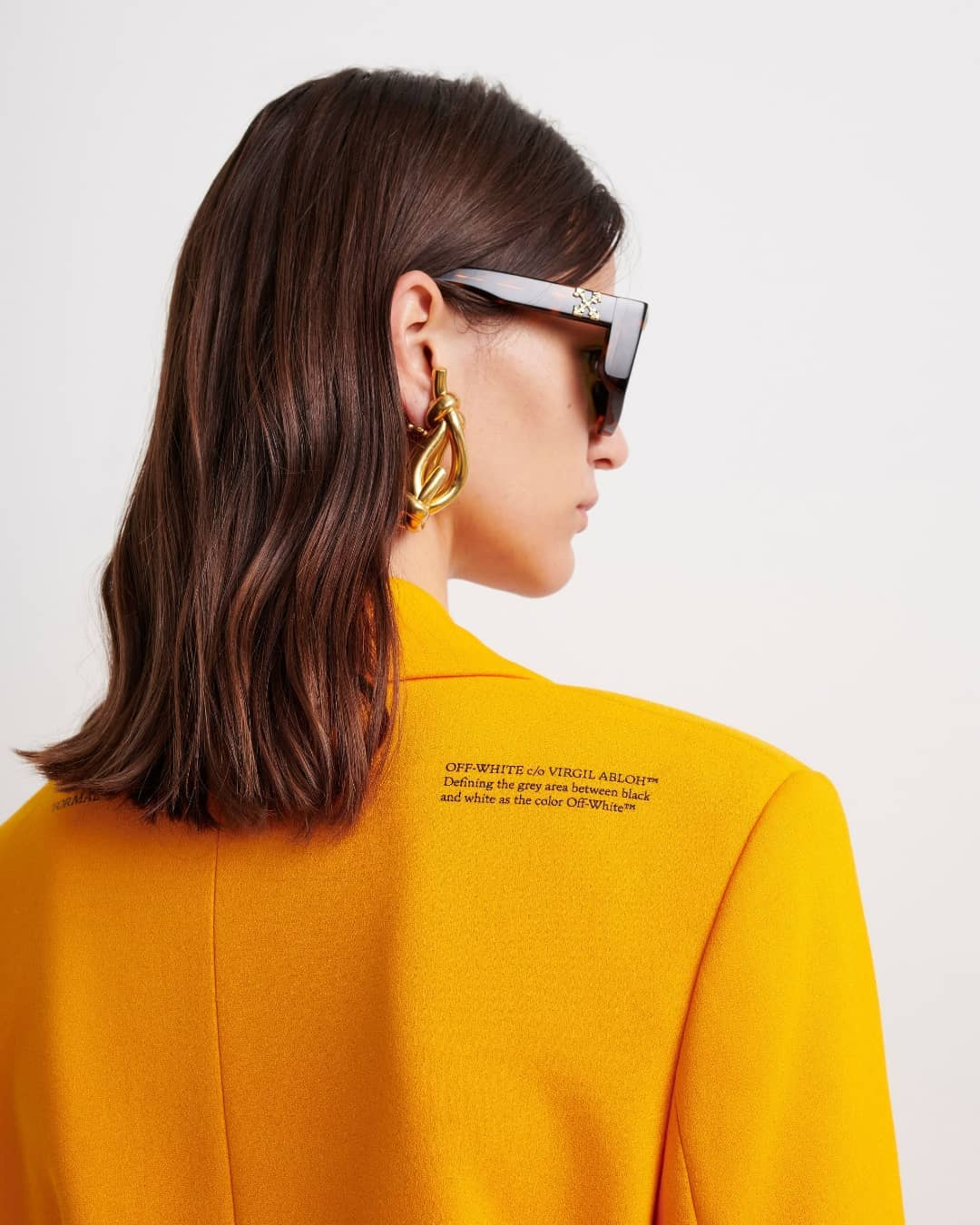IT SUITS YOU: add some flair to yoursuiting rotationwith this orange blazer from @off____white. Crafted in a single-breasted silhouette, it will be the perfect contemporary piece to elevate your autumn looks.  Available on genteroma.com and in our boutiques.  #GenteRoma #OffWhite #FW21